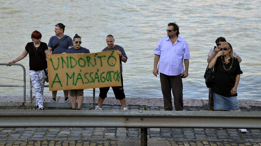 Budapest, 2015. július 11. Ellentüntetõk a 20. jubileumi Budapest Pride felvonulás útvonalán, a Duna-parton 2015. július 11-én. MTI Fotó: Bodnár Boglárka