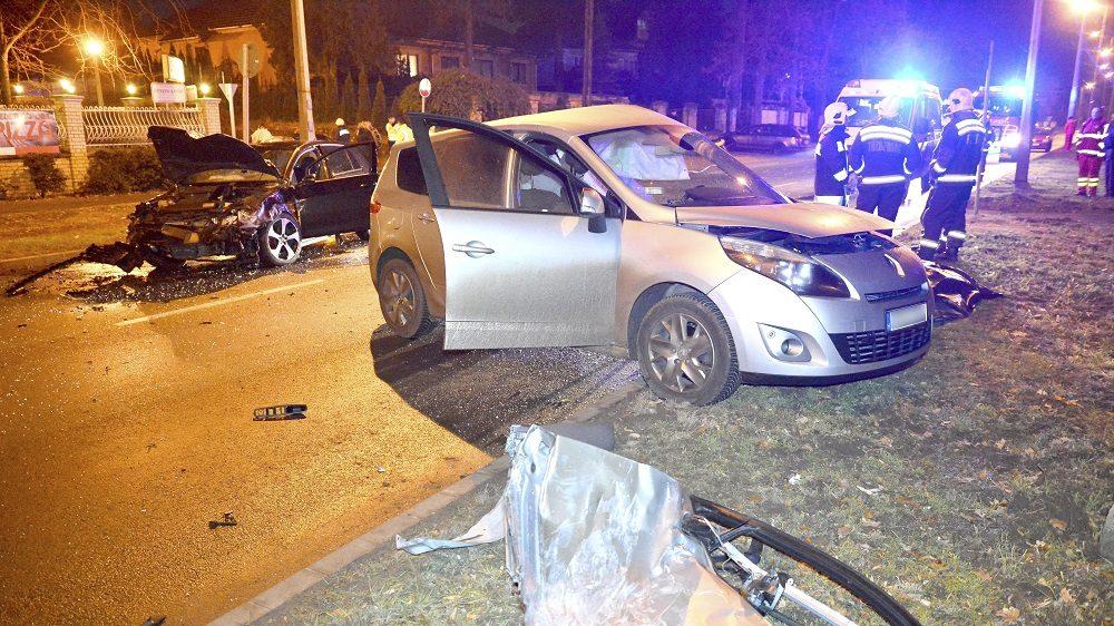 Nyíregyháza, 2016. december 11. Összeroncsolódott személyautók Nyíregyházán, a Sóstói úton 2016. december 11-én. A két jármû balesetében egy ember meghalt, egy másik utas pedig súlyos sérüléseket szenvedett. MTI Fotó: Taipusz Attila