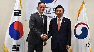 Szöul, 2016. december 16. A Külgazdasági és Külügyminisztérium (KKM) által közreadott képen Szijjártó Péter külgazdasági és külügyminiszter (b) és Jun Bjung Sze dél-koreai külügyminiszter találkozója Szöulban 2016. december 16-án. MTI Fotó: Kkm