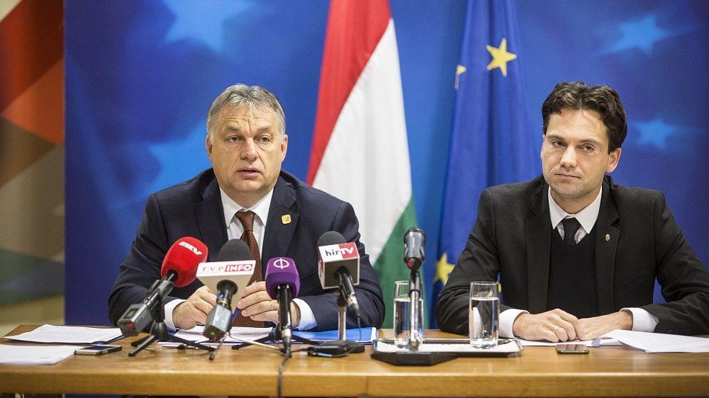 Brüsszel, 2016. december 16. A Miniszterelnöki Sajtóiroda által közreadott képen Orbán Viktor miniszterelnök (b) sajtótájékoztatót tart az Európai Unió csúcstalálkozója után Magyarország Állandó Képviseletén Brüsszelben 2016. december 16-án. Mellette Havasi Bertalan, a Miniszterelnöki Sajtóiroda vezetõje. MTI Fotó: Miniszterelnöki Sajtóiroda / Szecsõdi Balázs