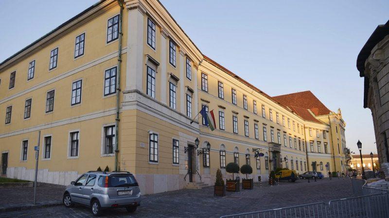 Budapest, 2014. június 6. Az egykori karmelita kolostor épülete a budai Várban 2014. június 6-án. A Sándor-palota mellett álló épületbe költözik a miniszterelnök és hivatala legkésõbb 2016. március 15-ig, több tárca székhelye pedig vidéki városokba kerülhet. MTI Fotó: Beliczay László
