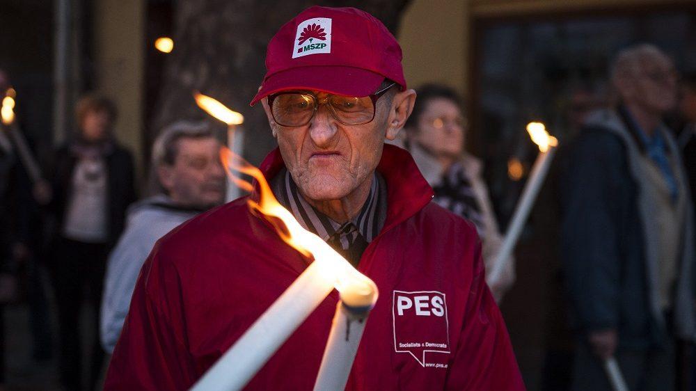 Kaposvár, 2016. október 22. Egy résztvevõ a Magyar Szocialista Párt '56-os megemlékezésén Kaposváron 2016. október 22-én. MTI Fotó: Bodnár Boglárka