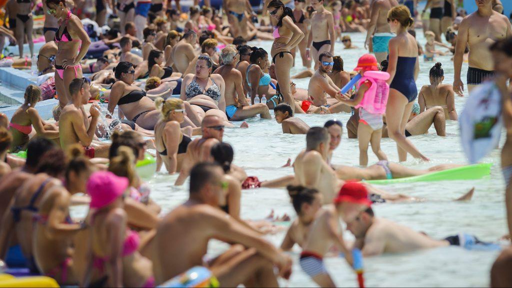 Hajdúszoboszló, 2015. július 18. Fürdõvendégek a hajdúszoboszlói strandon 2015. július 18-án. MTI Fotó: Czeglédi Zsolt