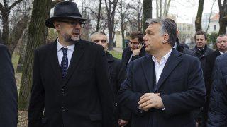 Szatmárnémeti, 2016. december 8.Orbán Viktor miniszterelnök (j) és Kelemen Hunor, a Romániai Magyar Demokrata Szövetség (RMDSZ) elnöke (b) érkezik a szatmárnémeti Kossuth-kerthez 2016. december 8-án. Romániában parlamenti választásokat tartanak december 11-én.MTI Fotó: Czeglédi Zsolt