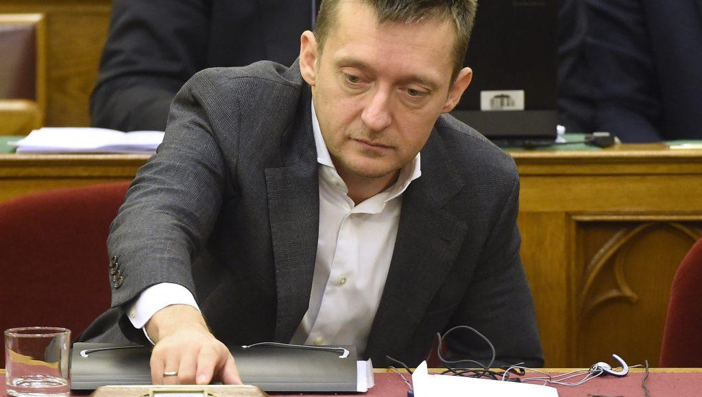Budapest, 2016. november 8. Rogán Antal, a Miniszterelnöki Kabinetirodát vezetõ miniszter az alaptörvény hetedik módosításáról szóló szavazás elõtti összegzõ módosító javaslat szavazásakor az Országgyûlés plenáris ülésén 2016. november 8-án. A végszavazáson 131 képviselõ szavazott igennel, 3 nemmel, így nem kapta meg a kétharmados támogatást Orbán Viktor  miniszterelnök alkotmánymódosítási javaslata, amely kimondta volna, hogy Magyarországra idegen népesség nem telepíthetõ be. MTI Fotó: Kovács Tamás