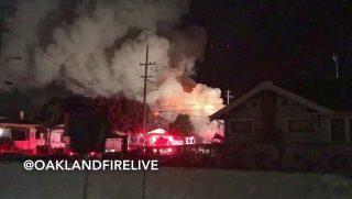 Oakland, 2016. december 3. A Twitter internetes közösségi portál @Oaklandfirelive azonosítójú felhasználója által 2016. december 3-án közreadott képen tûz tombol egy szórakozóhelyen a kaliforniai Oaklandban. Legalább kilenc ember életét vesztette és 13 másik eltûnt azt követõen, hogy tûz ütött az épületben egy rendezvény közben. (MTI/EPA/@Oaklandfirelive)