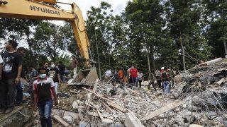 Pidie Jaya, 2016. december 7. Összedõlt épület romjai alatt keresnek túlélõket mentõk Pidie Jayában 2016. december 7-én, miután 6,5-es erõsségû földrengés volt az indonéziai Aceh tartományban, Szumátra szigetének északnyugati részén. Legalább ötvennégy ember életét vesztette. (MTI/EPA/Hotli Simanjuntak)