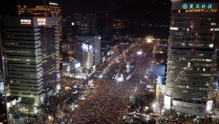 Szöul, 2016. december 3. Tüntetõk követelik a korrupciós botrányba keveredett Pak Gun Hje dél-koreai elnök lemondását Szöulban 2016. december 3-án. (MTI/EPA pool/Csung Szung Dzsun)
