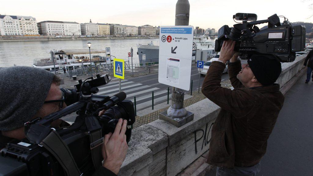 Budapest, 2016. december 3. A Batthyány térnél áll 2016. december 3-án az a metrópótló hajó, amelyik a MTESZ-székház bontása miatt lezárt Kossuth téri megálló miatt a Duna másik oldalára, a térhez közeli parthoz viszi az utasokat. Az átkelõjáraton nem kell újabb jegyet kezelni. MTI Fotó: Szigetváry Zsolt