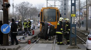 Budapest, 2016. december 9. Tûzoltók az Üllõi út XIX. kerületi szakaszán, a Lehel utcai villamosmegállóban, ahol egy autó halálra gázolt egy embert 2016. december 9-én. MTI Fotó: Mihádák Zoltán