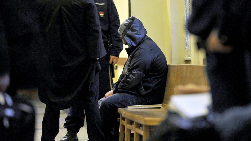 Budapest, 2016. december 3. A Budai Központi Kerületi Bíróság folyosóján ül 2016. december 3-án az a volt rendõr, aki ittasan több lövést adott le egy csepeli társasházban december 1-jén. A bíróság elrendelte a férfi elõzetes letartóztatását. MTI Fotó: Mihádák Zoltán