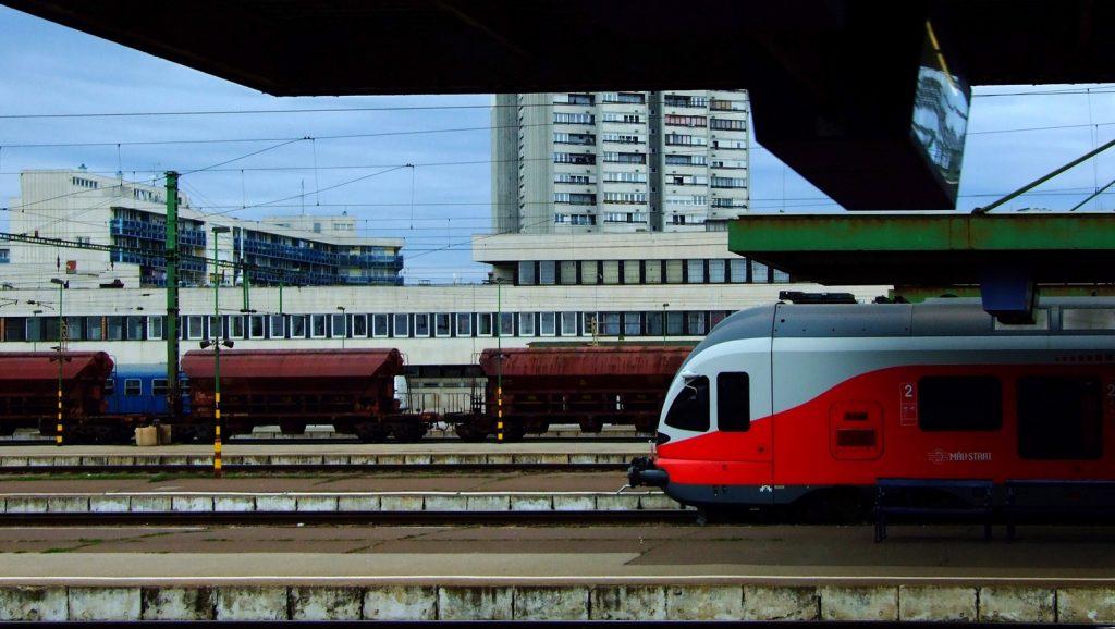 Szolnok, 2016. november 6. A MÁV-Start Zrt. korszerû Stadler Flirt vonatszerelvénye és tehervagonok a város pályaudvarán, amely Kelet-Magyarország központi fekvésû vasúti csomópontja.  MTVA/Bizományosi: Jászai Csaba  *************************** Kedves Felhasználó! Ez a fotó nem a Duna Médiaszolgáltató Zrt./MTI által készített és kiadott fényképfelvétel, így harmadik személy által támasztott bárminemû – különösen szerzõi jogi, szomszédos jogi és személyiségi jogi – igényért a fotó készítõje közvetlenül maga áll helyt, az MTVA felelõssége e körben kizárt.