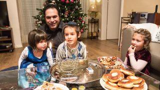 Solymár, 2016. december 25.Egy család a szentestén a hanukát is ünnepli a nagyszülőknél, Solymáron 2016. december 24-én. Idén egy napra esett a keresztény szenteste és a nyolcnapos zsidó vallási ünnep, a hanuka első napja.MTI Fotó: Kallos Bea