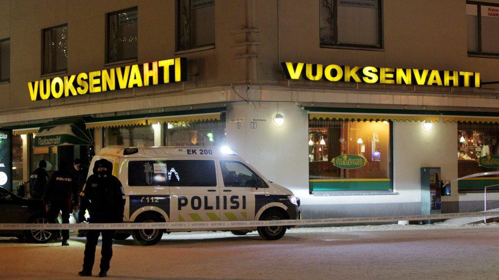 Imatra, 2016. december 4. Rendõrök helyszínelnek a finnországi Imatra város egyik étterme elõtt, ahol agyonlõttek három nõt 2016. december 3-án éjfél körül. A bûnüggyel kapcsolatban õrizetbe vettek egy 23 éves helyi férfit.  (MTI/AP/Hannu Rissanen)