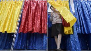 Bukarest, 2016. december 11. Egy nõ kilép a szavazófülkébõl egy bukaresti szavazóhelyiségben 2016. december 11-én, a parlamenti választások napján. (MTI/AP/Andreea Alexandru)