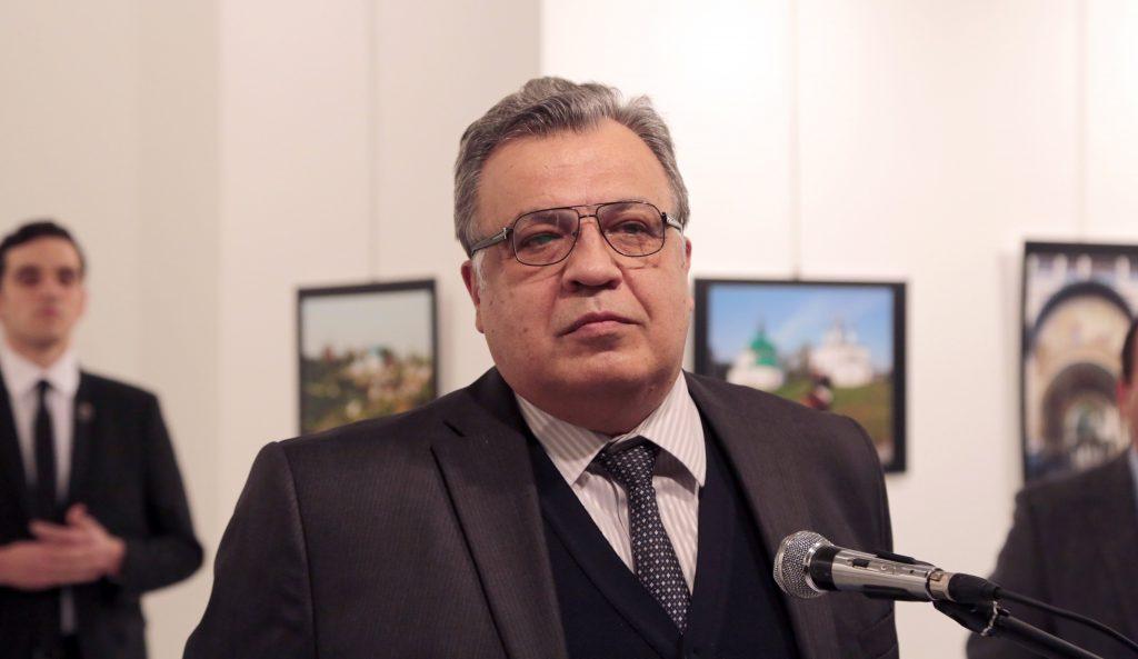 Ankara, 2016. december 19. Andrej Karlov törökországi orosz nagykövetet  beszél egy ankarai galériában rendezett fotókiállítás megnyitóünnepségén 2016. december 19-én. Az ünnepségen a diplomatát lelõtte egy férfi, és Karlov belehalt sérüléseibe. A merénylõt agyonlõtték. (MTI/AP/Burhan Ozbilici)