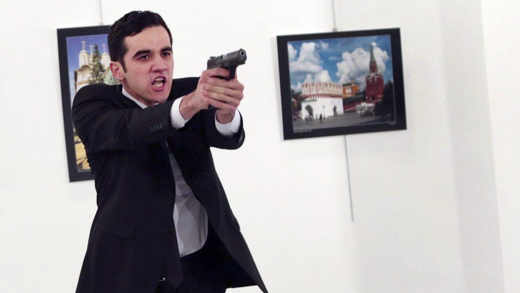 Ankara, 2016. december 19. Andrej Karlov törökországi orosz nagykövet merénylõje, miután lelõtte a diplomatát egy ankarai galériában rendezett fotókiállítás megnyitóünnepségén 2016. december 19-én. Karlov belehalt sérüléseibe, a merénylõt agyonlõtték. (MTI/AP/Burhan Ozbilici)