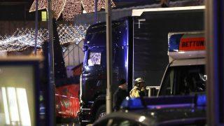 Berlin, 2016. december 19. Teherautó mellett mentõ és rendõr egy berlini karácsonyi vásárban 2016. december 19-én, miután a jármû a vásárlók közé hajtott. Legalább kilenc ember életét vesztette, sokan megsebesültek. (MTI/AP/Michael Sohn)