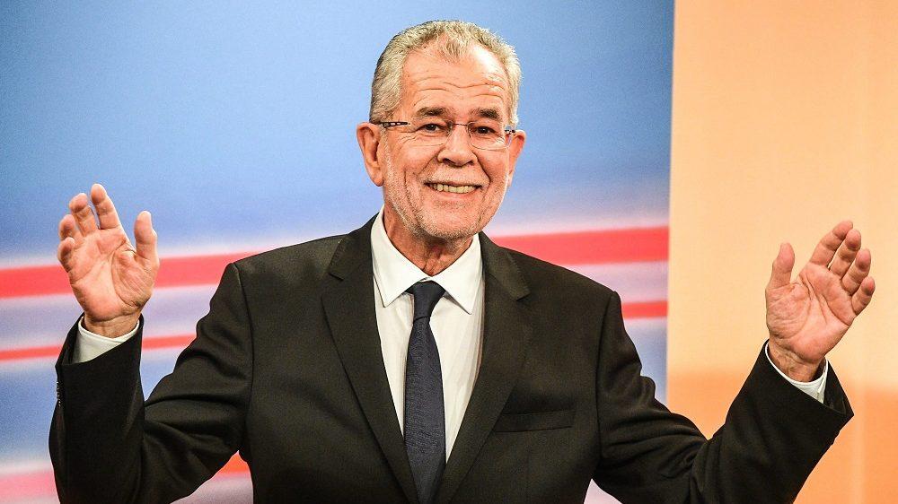 Bécs, 2016. december 4.  Alexander Van der Bellen, a Zöldek által támogatott független államfõjelölt televíziós interjút ad a bécsi Hofburgban 2016. december 4-én, az osztrák elnökválasztás megismételt második fordulójának estéjén. A szavazatok több mint nyolcvan százalékos feldolgozottsága alapján Van der Bellen a szavazatok 53,3 százalékát, míg az Osztrák Szabadságpárt államfõjelöltje, Norbert Hofer a voksok 46,7 százalékát szerezte meg.  (MTI/EPA/Christian Bruna)