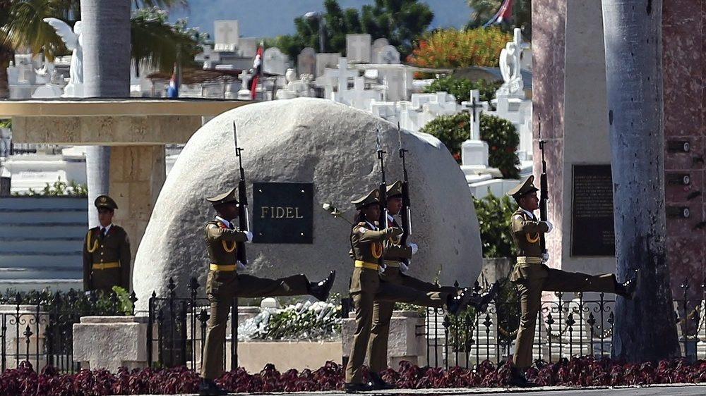 Santiago de Cuba, 2016. december 4.  Katonák lépnek el Fidel Castro volt kubai elnök sírja elõtt a Santa Ifigenia temetõben Santiago de Cubában 2016. december 4-én, a temetés napján. A kubai kommunista forradalom vezetõje november 25-én, 90 éves korában hunyt el. (MTI/EPA/Orlando Barria)