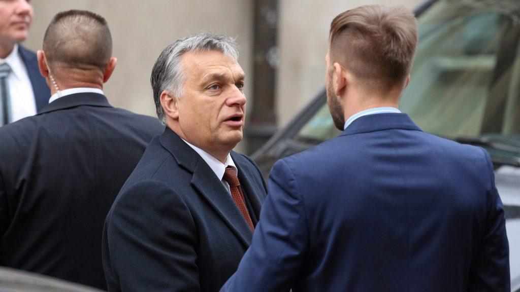 Krakkó, 2016. december 9. A kétnapos látogatáson Krakkóban tartózkodó Orbán Viktor miniszterelnök (k) díszebédre érkezik Krakkóban 2016. december 9-én. (MTI/EPA/Stanislaw Rozpedzik)