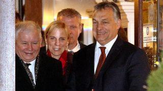 Krakkó, 2016. december 9. A kétnapos látogatáson Krakkóban tartózkodó Orbán Viktor miniszterelnök (j) és Jaroslaw Kaczynski volt lengyel kormányfõ, a konzervatív Jog és Igazságosság pártja (PiS) elnöke (b) egy étterembõl távozóban 2016. december 9-én. (MTI/EPA/Stanislaw Rozdepzik)