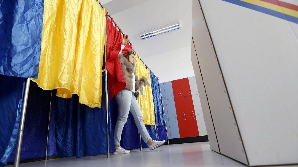 Bukarest, 2016. december 11. Egy nõ kilép a szavazófülkébõl egy bukaresti szavazóhelyiségben 2016. december 11-én, a parlamenti választások napján. (MTI/EPA/Robert Ghement)