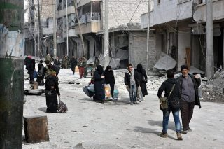 Aleppó, 2016. december 13.A SANA szíriai állami hírügynökség által közreadott képen szíriai civilek távoznak Aleppó város egyik negyedéből 2016. december 12-én, miután a szíriai kormányerők a felkelők utolsó kelet-aleppói állásait is elfoglalták. (MTI/EPA/SANA)