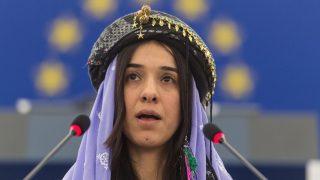 Strasbourg, 2016. december 13. Az iraki jazidi kisebbséghez tartozó Nadia Murád felszólal, miután átvette a számára odaítélt Szaharov-díjat Martin Schulztól, az Európai Parlament (EP) német elnökétõl az EP strasbourgi székházában 2016. december 13-án. A díjazottak a gondolat- és véleményszabadságért folytatott küzdelem elismeréseként adományozott kitüntetést az Iszlám Állam terrorszervezet fegyveresei által 2014-ben elrabolt és szexrabszolgaságba kényszerített nõk jogaiért való küzdelmükért ítélték oda. (MTI/EPA/Patrick Seeger)