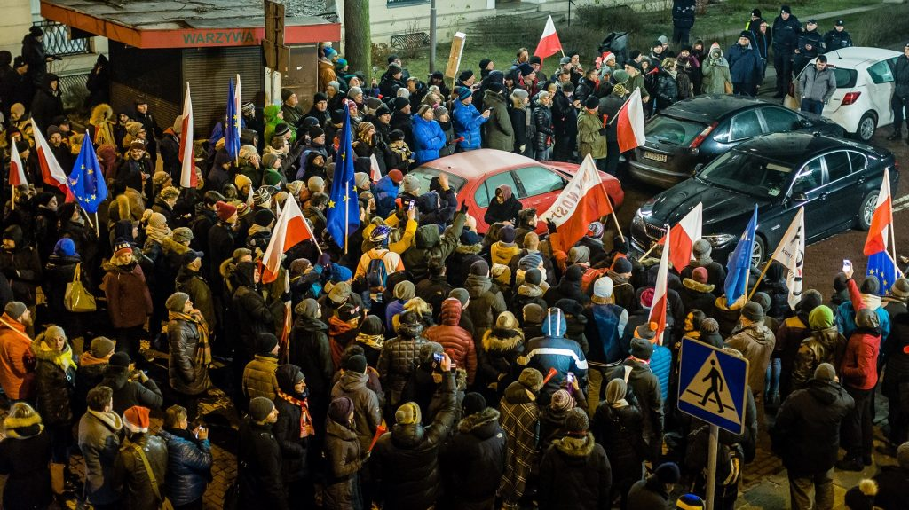 People block the exit from the Polish Parliament during an anti-government demonstration by opposition party supporters and the Committee for the Defense of Democracy movement (KOD) in Warsaw on December 16, 2016.  / AFP PHOTO / WOJTEK RADWANSKI