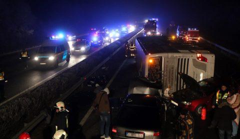 Miskolc, 2016. december 18. Összetört jármûvek 2016. december 18-án kora hajnalban az M3-as autópályán a Miskolc felé vezetõ oldalon, a Mezõkeresztes és Mezõkövesd közötti részen, ahol az elsõdleges adatok szerint hárman meghaltak egy buszbalesetben. A már felborult jármûnek több autó is nekirohant, ketten súlyosan, huszonhárman pedig könnyebben sérültek meg. MTI Fotó: Vajda János