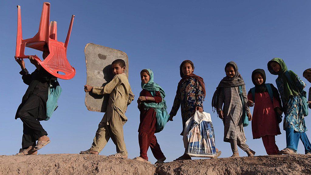 Szurhúd, 2016. október 20.Az ENSZ Menekültügyi Főbiztosságának támogatásával Pakisztánból önként hazatért afgán menekültek gyermekei szabadtéri iskolájukba mennek a Nangrahar tartományban fekvő Szurhúd körzetben 2016. október 19-én. (MTI/EPA/Gullamulláh Habibi)
