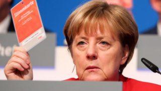 Essen, 2016. december 6. Angela Merkel német kancellár, a Kereszténydemokrata Unió, a CDU elnöke szavazókártyájával pártjának esseni kongresszusán 2016. december 6-án. (MTI/EPA/Kay Nietfeld)