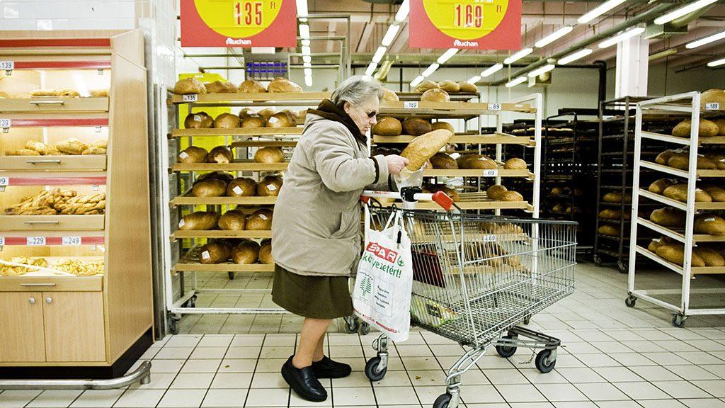 Image: 73417156, Az Auchan áruházlánc Szentendrei úti bevásárlóközpontja Budapesten., Place: Budapest, Hungary, License: Rights managed, Model Release: No or not aplicable, Property Release: Yes, Credit: smagpictures.com