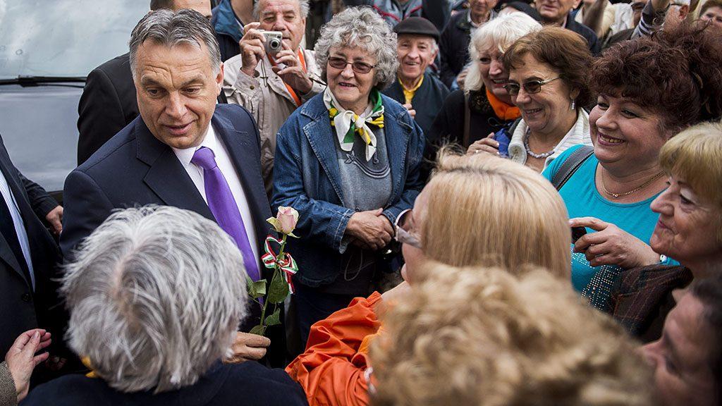Pécs, 2015. április 28.Orbán Viktor miniszterelnököt (b3) szimpatizánsai fogadják a pécsi Széchenyi téren 2015. április 28-án. A kormányfő a Modern Városok Program keretében látogatott Pécsre, ahol együttműködési megállapodást ír alá Páva Zsolt polgármesterrel.MTI Fotó: Sóki Tamás
