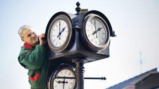 Nyíregyháza, 2010. október 28.Dankó József, a Városüzemeltetési Kht. munkatársa állít át egy órát Nyíregyháza belvárosában. 2010. október 30-ról 31-re virradó éjjel térünk át a téli időszámításra; az órákat éjjel 3 órakor 2 órára kell állítani.MTI Fotó: Balázs Attila