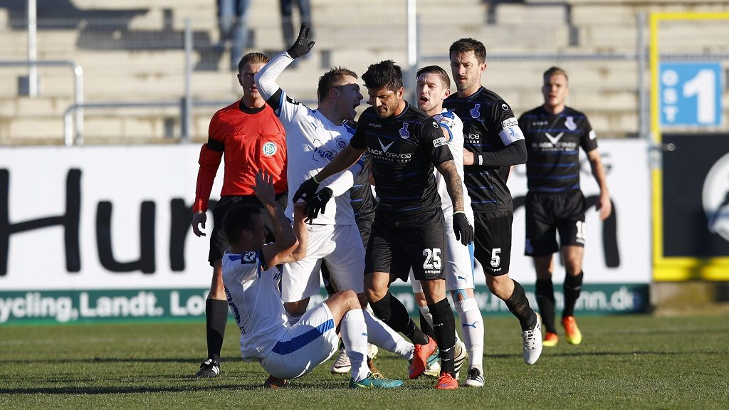 LOTTE, GERMANY - DECEMBER 04: Alexander Langlitz of Lotte challenges Baris Oezbek of Duisburg after the Red Card during the third league match between Sportfreunde Lotte and MSV Duisburg at Frimo Stadion on December 4, 2016 in Lotte, Germany.  (Photo by Joachim Sielski/Bongarts/Getty Images)