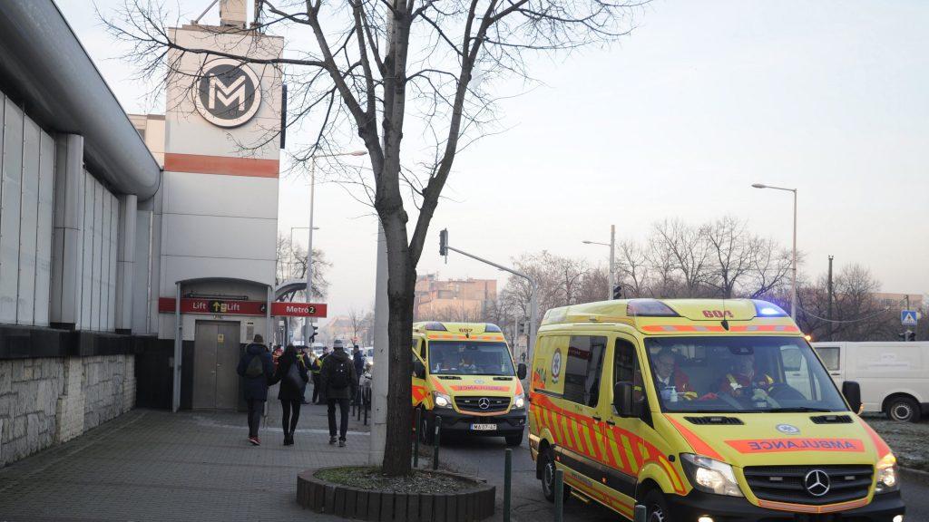Budapest, 2016. december 5. Mentõautók a 2-es metró a Pillangó utcai megállójánál, ahol összeütközött két szerelvény 2016. december 5-én. A balesetben tízen megsérültek. MTI Fotó: Mihádák Zoltán