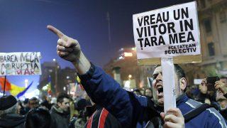 """Bukarest, 2015. november 6.Kormányellenes tüntetők """"Jövőt szeretnék a hazám számára!"""" feliratú transzparenssel előrehozott választásokat követelnek a bukaresti Egyetem téren 2015. november 6-án. (MTI/EPA/Robert Ghement)"""