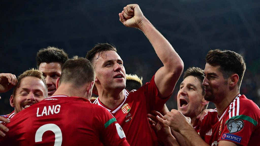 Hungary's Adam Szalai (C) celebrates with his teammates during the World Cup 2018 qualification football match between Hungary and Andora in Budapest on November 13, 2016.  / AFP PHOTO / ATTILA KISBENEDEK