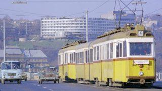 Budapest, 1976. december 7. Autóforgalom és a 4-es villamos a Margit hídon, háttérben a rózsadombi SZOT-szálló. MTI Fotó: Kozák Albert