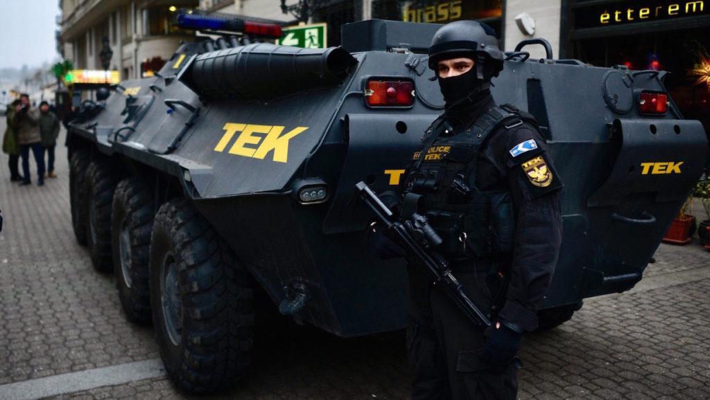 Budapest, 2016. december 20. A Terrorelhárítási Központ (TEK) páncélozott szállító harcjárműve Budapesten, a Vigadó utcában 2016. december 20-án. A december 19-i berlini merénylet után megerősítik a rendőri biztosítást azokon a magyarországi helyeken, ahol nagy tömeg tartózkodik, így például a karácsonyi vásárokon. MTI Fotó: Marjai János