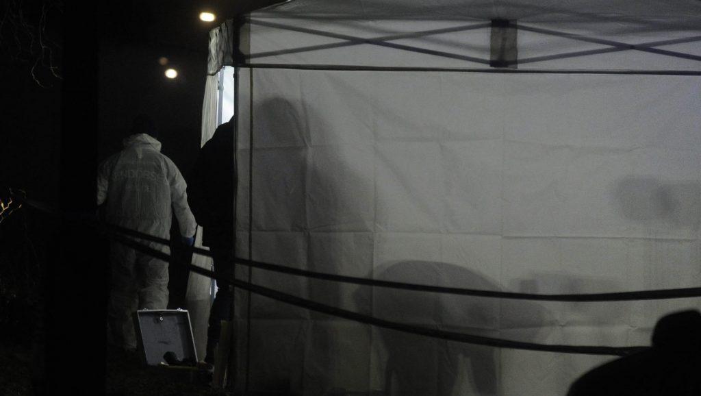 Üllõ, 2016. december 24. Rendõrségi helyszínelés Üllõn, ahol holtan találtak egy idõs nõt egy családi házban 2016. december 23-án. A rendõrség emberölés gyanúja miatt indított eljárást ismeretlen tettes ellen. MTI Fotó: Mihádák Zoltán