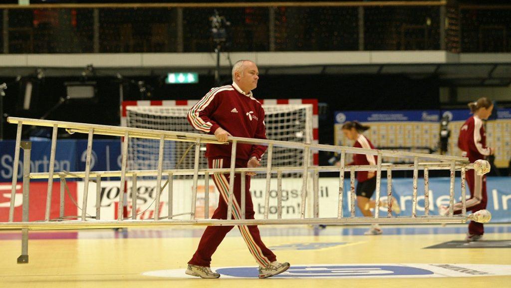 Stockholm, 2006. december 15. Zsiga Gyula, a csapat edzõje egy létrát visz le a pályáról a stockholmi edzésen a svédek elleni mérkõzés elõtt, amelyet az 5. helyért játszanak a svédországi nõi kézilabda Európa-bajnokságon. MTI Fotó: Illyés Tibor