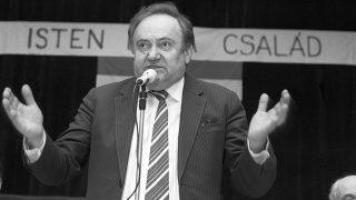 Lajosmizse, 1990. március 1.Dr. Torgyán József, a párt megbízott főügyésze, a választási iroda vezetője beszél a Független Kisgazda, Földmunkás- és Polgári Párt választási nagygyűlésén Lajosmizsén, a helyi kultúrházban.MTI Fotó: H. Szabó Sándor
