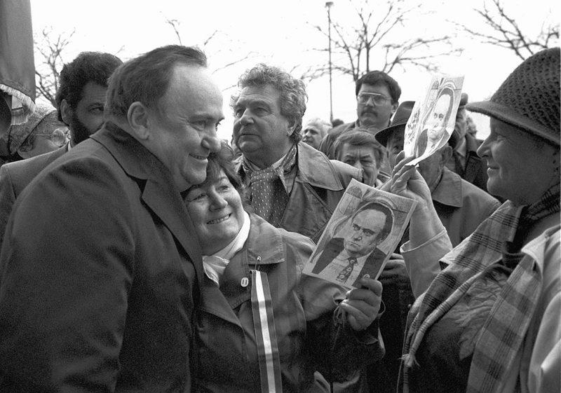 Budapest, 1991. március 18.Torgyán József támogatói között a tüntetésen. A kisgazda párttagok március 18-án reggel - a frakcióülés előtt - szimpátiatüntetést tartottak Torgyán József mellett. A Független Kisgazdapárt parlamenti frakciója egyebek közt arról is döntött a tanácskozáson, hogy Torgyán marad-e a frakcióvezető.MTI Fotó: Kerekes Tamás