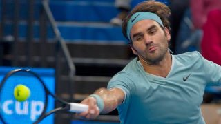 Roger Federer of Switzerland hits a return against Richard Gasquet of France during their twelth session men's singles match on day six of the Hopman Cup tennis tournament in Perth on January 6, 2017.   / AFP PHOTO / Tony ASHBY / IMAGE RESTRICTED TO EDITORIAL USE - STRICTLY NO COMMERCIAL USE