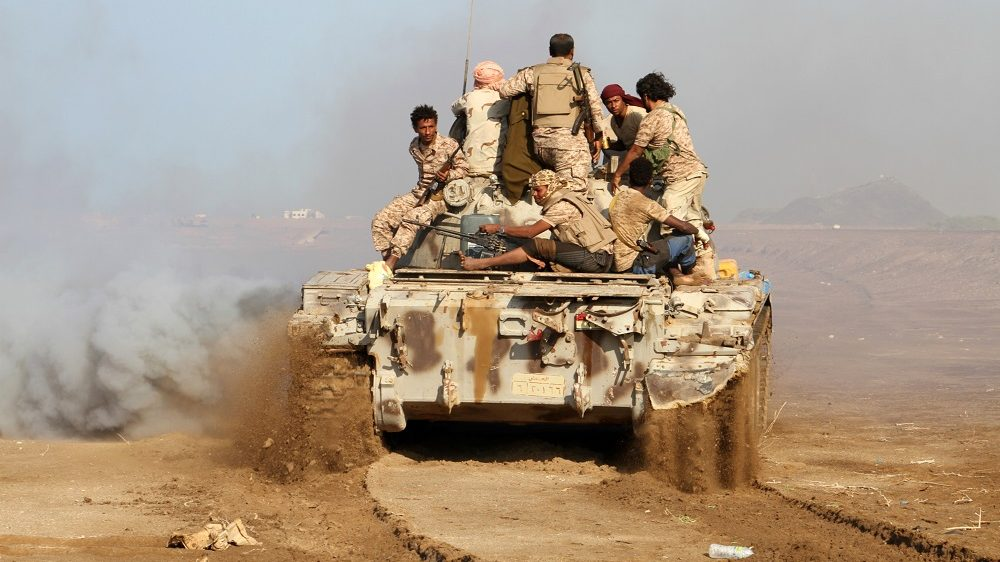 Yemeni pro-government forces patrol during clashes against Shiite rebels in Yemen's western Dhubab district, about 30 kms (20 miles) north of the strategic Bab al-Mandab Strait, on January 11, 2017. Yemeni pro-government forces have launched a major offensive to push Shiite rebels from coastal areas, in a move analysts say aims to end a military stalemate and jumpstart political talks. / AFP PHOTO / SALEH AL-OBEIDI