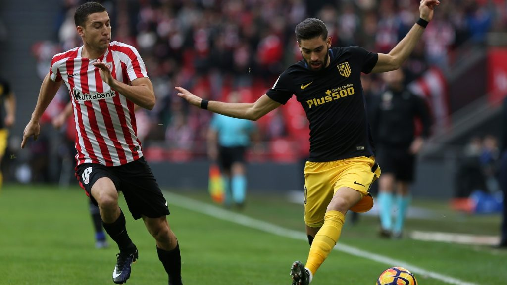 Athletic Bilbao's midfielder Oscar de Marcos (L) vies with Atletico Madrid's Belgian midfielder Yannick Ferreira Carrasco during the Spanish league football match Athletic Club Bilbao vs Club Atletico de Madrid at the San Mames stadium in Bilbao on January 22, 2017. / AFP PHOTO / CESAR MANSO