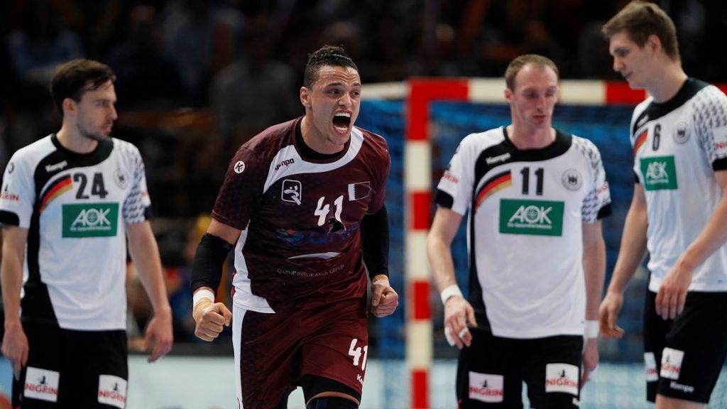 Qatar's pivot Youssef Ali (2ndL) celebrates a goal during the 25th IHF Men's World Championship 2017 eighth final handball match Germany vs Qatar on January 22, 2017 at the AccorHotels Arena in Paris. / AFP PHOTO / Thomas SAMSON